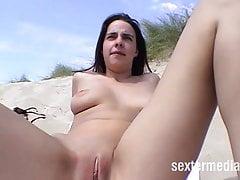 Plage chienne doigts dans les dunes