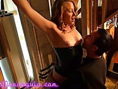 Hot blonde MILF gefesselt und von ihrem Meister gefickt