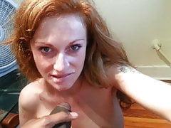 Une rouquine se frotte le clitoris jusqu'à ce que la BBC se branle sur son visage