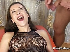 Pussy Pissing - Queenie staje się mokra podczas niechlujnego oral