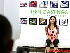 Bigtits adolescent frappé au casting brutal