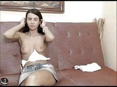 ragazza molto giovane mostra la sua figa stretta e tette calde