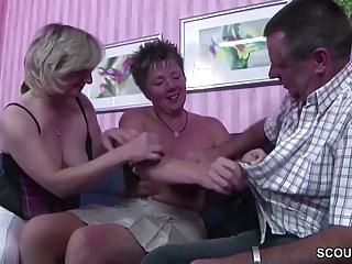 German Milfs Amateur video: Deutscher Ehemann darf seine Frau und deren Freundin ficken