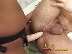 Černá dívka nasáká penis bílého chlápka a ovládá jeho prdel