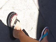 Pies de milf sinceros en el paseo marítimo