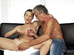 Una chica relajada está de humor para encontrarse con un padre viejo y guapo