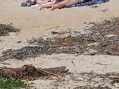 Szczera dziewczyna na plaży układająca tyłek w części 1