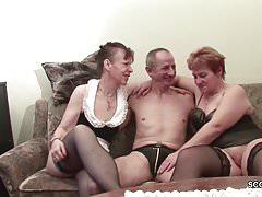 Nonna e nonno scopano il vicino in un trio arrapato