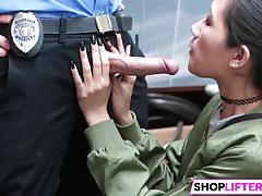 Teen Jade hat einen Nagel mit einem Offizier für Diebstahl