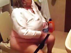 Oma im WC