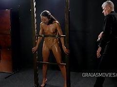 Modello russo spogliato e punito