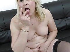 Verdadeira mãe madura amador alimentando sua buceta