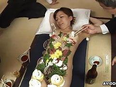 Starý zvrácený podnikatel jíst nějaké sushi horké mláďat tělo