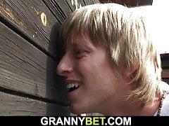 Intelligenter Kerl fickt alte blonde Oma auf die Öffentlichkeit