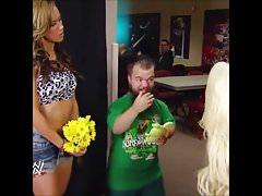 Die Hündin AJ Lee küsst Hornswoggle.