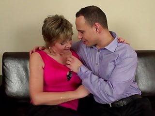 成熟的性炸彈媽媽吮吸和他媽的小男孩
