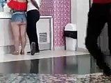 O corno leva a namorada bunduda pro shopping