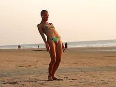 Dziewczyna Łysy Jogin Na Plaży