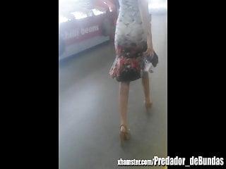 Voyeur Flashing High Heels video: Coroa rabuda e maravilhosa no aeroporto