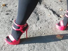 Lady L chodzi z seksownymi czerwonymi szpilkami.