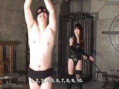 Il Dominatore sferza uno schiavo legato