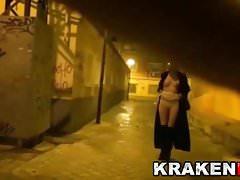 Krakenhot Strange BDSM in pubblico di notte