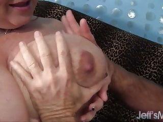 大tittied和成熟的女士lynn得到了性交