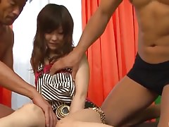 Miku Airi se prend du sperme pour soigner sa chatte démolie