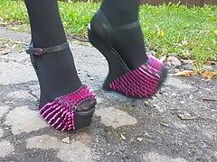 Lady L mit exotischen High Heels spazieren.