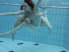 Dwie gorące owłosione piękności pod wodą