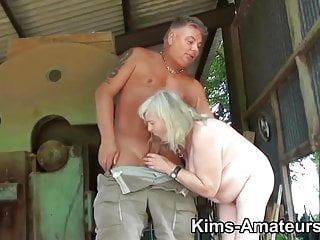 72歲的奶奶給了一個口交,並得到了性交