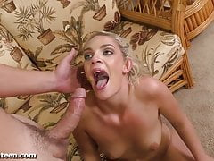 Hot Blonde Teen ottiene pestate sul divano!