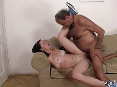 Vieil homme surpris en train de percer la petite amie de son fils