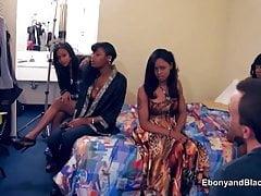 Cztery amatorskie czarne dziewczęta idą na castingi porno