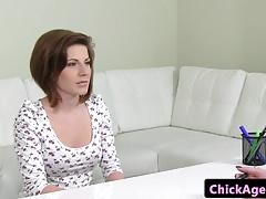 Agente di casting euro pussyrubs cliente in ufficio