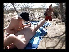 Seks oralny na plaży przed nieznajomym