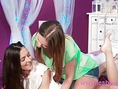 Lesbea Cute girl porta accanto mangiare figa di donna matura