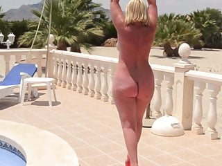 Matures Amateur porno: Mature with a naked bare ass walks by the pool