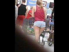 Canndid Gruppen in kurzen Shorts im Laden