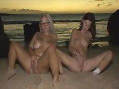 2 Hündinnen fingern sich am Meer