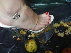 Lady L rozdrví jablka s extrémně vysokými podpatky 24 cm