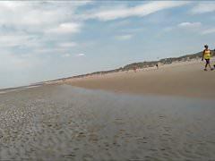 camminare nudo sulla spiaggia pubblica