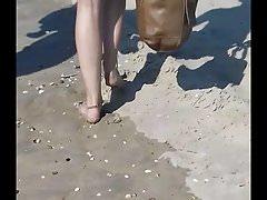 Culo Biondo In Tanga Sulla Spiaggia