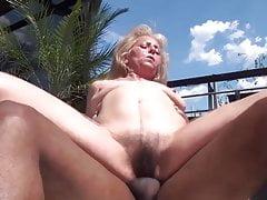 La nonna scopata sul balcone
