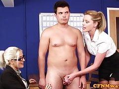 Dom CFNM babes succhiando e tirando in ufficio