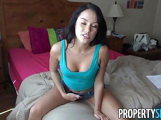 Propertysex年輕的黑髮女郎亂搞她的房東在相機上
