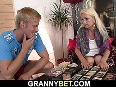 La nonna bionda e magra si fa perforare il suo buco peloso