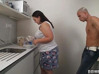 在廚房裡與大贓物豐滿的性生活