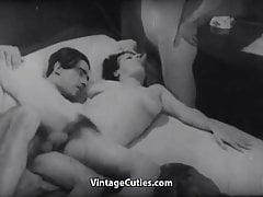 Garota entediada é fodida em um ménage à trois (1920 vintage)