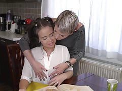 Brudna mama liże i pieprzy słodką nastoletnią córkę